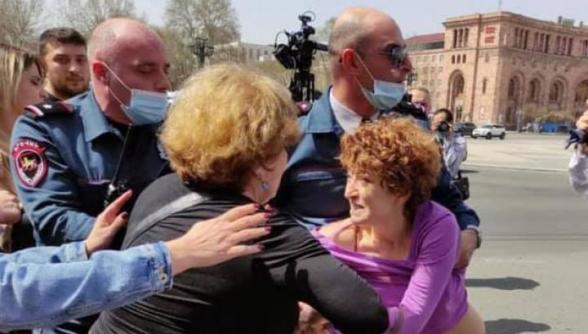 Ոստիկանները բռնի ուժ կիրառեցին Վազգեն Մանուկյանի կնոջ ու դստեր նկատմամբ (տեսանյութ)