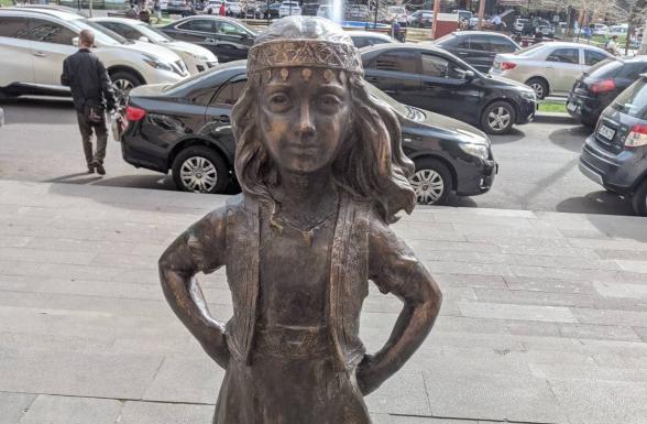 Կառավարության 3-րդ մասնաշենքի դիմաց տեղադրվել է «Անվախ աղջկա» արձանը, որի բացումն արվել է գաղտագողի (լուսանկար)