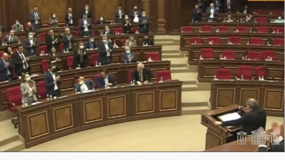 «Рады, что сдали Арцах и у нас столько жертв?»: после выступления Пашиняна в НС ему аплодировали стоя (видео)