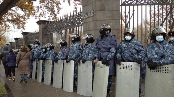 К зданию НС стянуты силы полиции (видео)