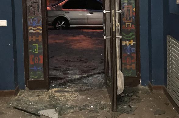 Ոչ սթափ վիճակում գտնվող կինը կոտրել է Գեղարվեստի ակադեմիայի մուտքի դուռը, ապակիները ներս նետել, վնասվածքներ ստացել ու փախել