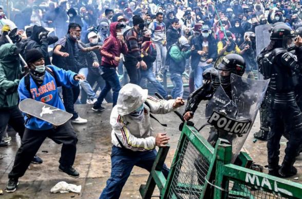 Протестующие попытались прорваться в здание Конгресса Колумбии