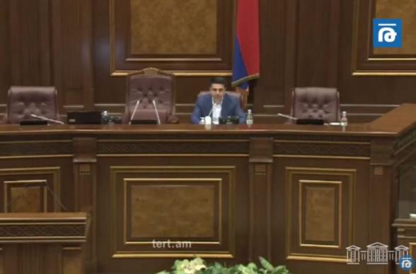 «Ա՜, չգիտեմ, Քոչարյանի դատն ա». ԱԺ-ում Ալեն Սիմոնյանի բարձրախոսից լսվեց Փաշինյանի ձայնային հաղորդագրությունը (տեսանյութ)