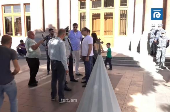 Մենք ցանկանում ենք Ղազանչեցոցի գմբեթն այսպես տեսնել․ «Պատիվ ունեմ» դաշինքի երիտասարդները Կառավարության դիմաց Շուշիի Մայր տաճարի գմբեթի մակետն էին բերել (տեսանյութ)