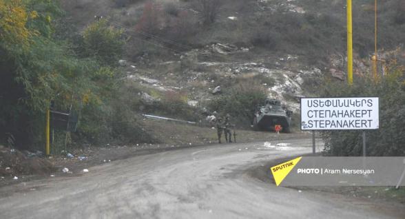 Азербайджан использует могильные плиты для строительства дороги в Шуши