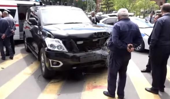 В Ереване произошло ДТП с участием машины из кортежа Пашиняна: есть пострадавшие (видео)