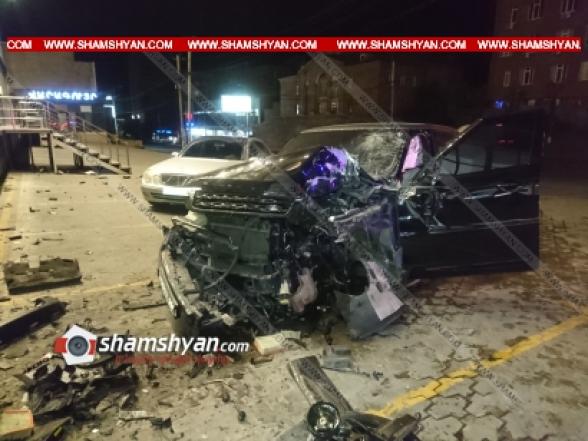 Երևանում բախվել են Տավուշի Ճանշինի փոխտնօրենի Range Rover-ն ու «Բեթ Քոնստրակտ» ՍՊԸ-ի բուքմեյքերի Infiniti-ն, Range-ն էլ բախվել է պատին. կա վիրավոր