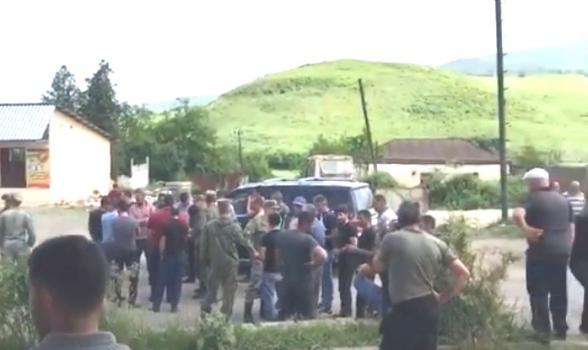Կարմիր Շուկայի բնակիչները դուրս են եկել գլխավոր ճանապարհ, որտեղով անցնում է թշնամու ավտոշարասյունը (տեսանյութ)