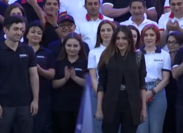 «Гини лиц»: Сирушо выступила на площади Республики
