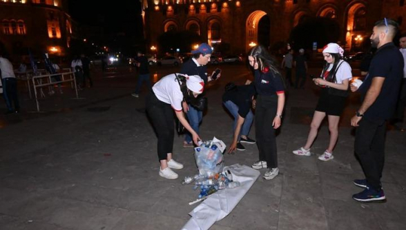 Երիտասարդները հանրահավաքից հետո մաքրել են Հանրապետության հրապարակը (լուսանկար)