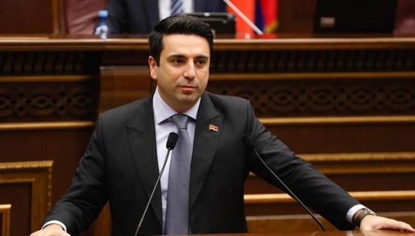 После голосования Ален Симонян в течение 15 минут общается с избирателями