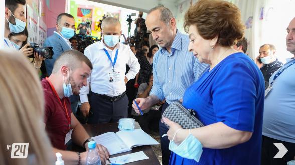 2-ой президент РА Роберт Кочарян принял участие в голосовании (видео)