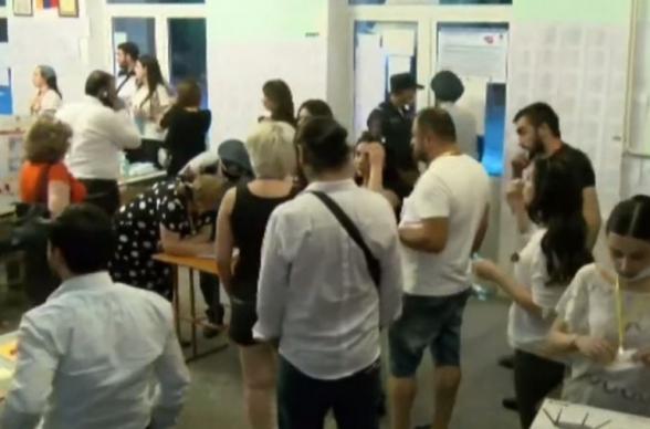 Լարված իրավիճակ է ստեղծվել 9/21 տեղամասում․ Դանիել Իոաննիսյանը պոկել է քվեատուփի կապարակնիքը (տեսանյութ)