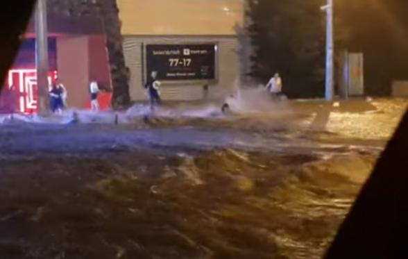 Одессу залило ночным ливнем: улицы затоплены, повалены сотни деревьев