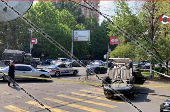 Երևանում բախվել են Mercedes-ն ու Nissan X-Trail-ը. վերջինը գլխիվայր շրջվել է, կան վիրավորներ
