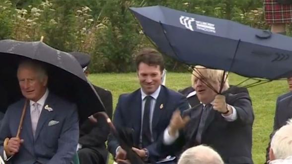 Борис Джонсон рассмешил принца Чарльза своим «укрощением» зонта