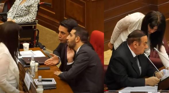 Ալեն Սիմոնյանն ու Ռուբեն Ռուբինյանն ուղղորդում են Աժ նիստը վարող Հասանովին (տեսանյութ)
