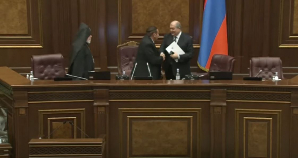 Անհարմար իրավիճակ՝ ԱԺ նիստի բացմանը. պատգամավորի ձեռքը մնաց օդում, կաթողիկոսը հեռացավ՝ առանց ձեռքսեղմման