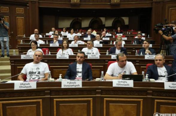 Оппозиционные фракции покинули зал заседаний НС (видео)
