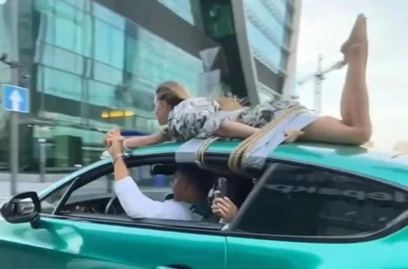 Հայտնի բլոգերն ընկերուհուն կապել է Bentley-ի տանիքին և շրջել Մոսկվայով