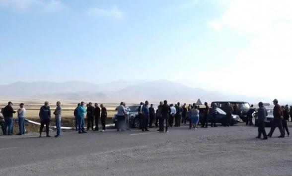 Дорога Сотк-Варденис перекрыта: местные жители протестуют против укрупнения общин (видео)