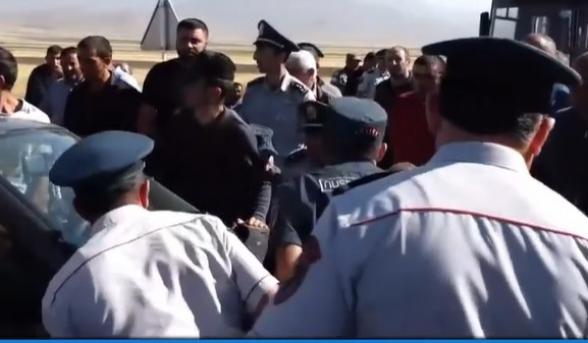 Ոստիկանները հրմշտոցով փորձել են բացել ճանապարհը․ լարված իրավիճակ Սոթքում (տեսանյութ)