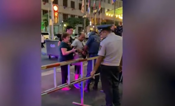 Ամիրյան փողոցում ոստիկանները տեղադրել են երեք կետ, մետաղորսիչ սարքերով ստուգում են քաղաքացիներին